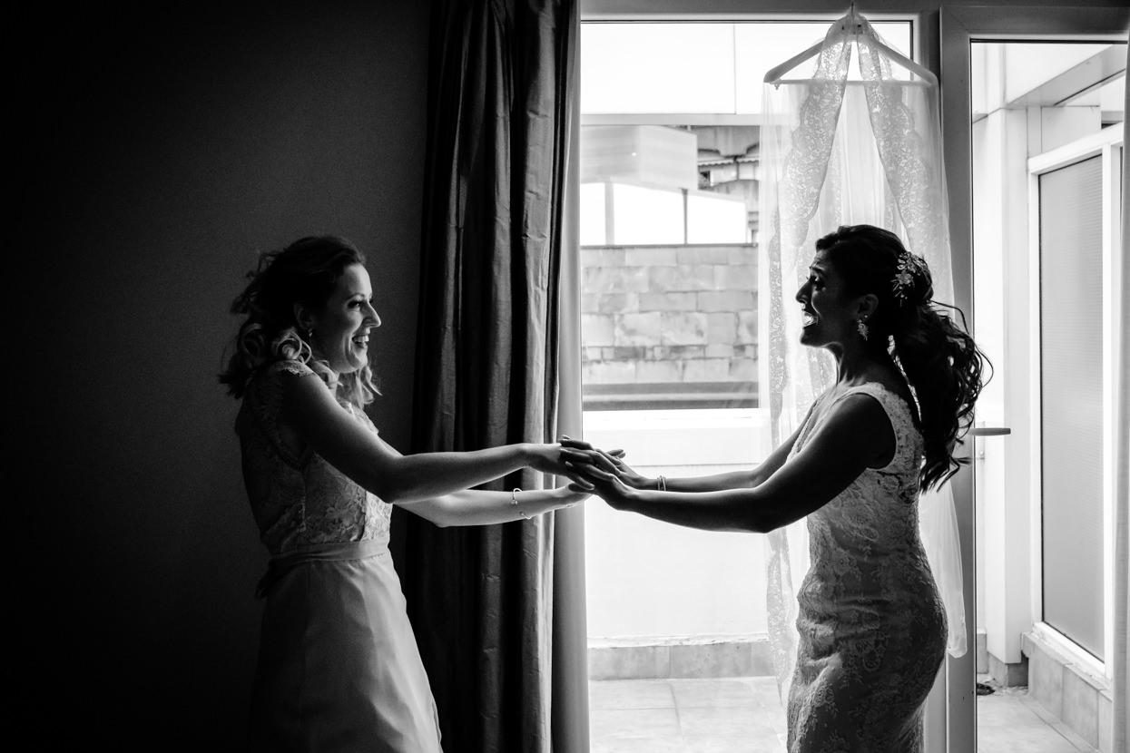 Preparativos de boda. Novia baila con amiga