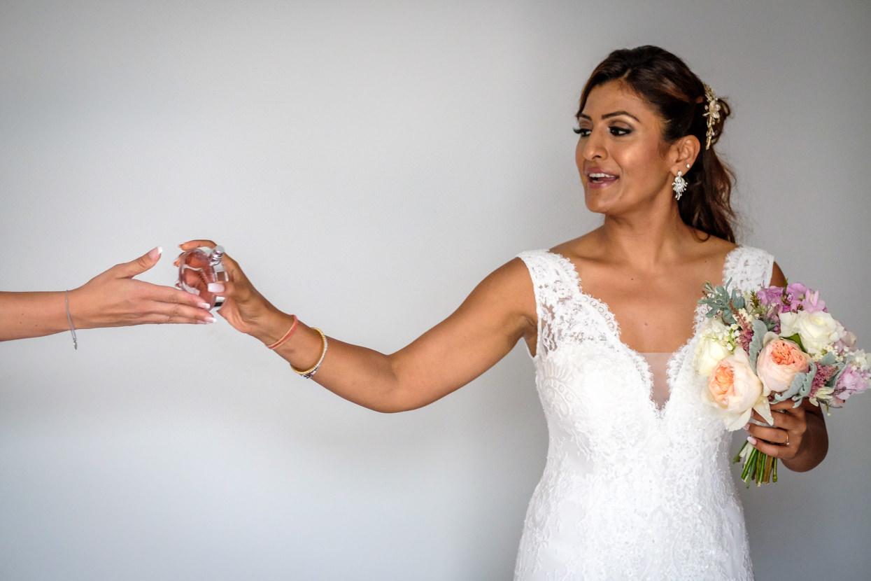 Datalles de boda. Ramo y perfume de novia. Destination wedding photographer in San Sebastian