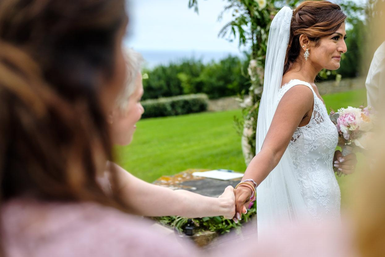 Amiga da la mano a novia en Itxasbide