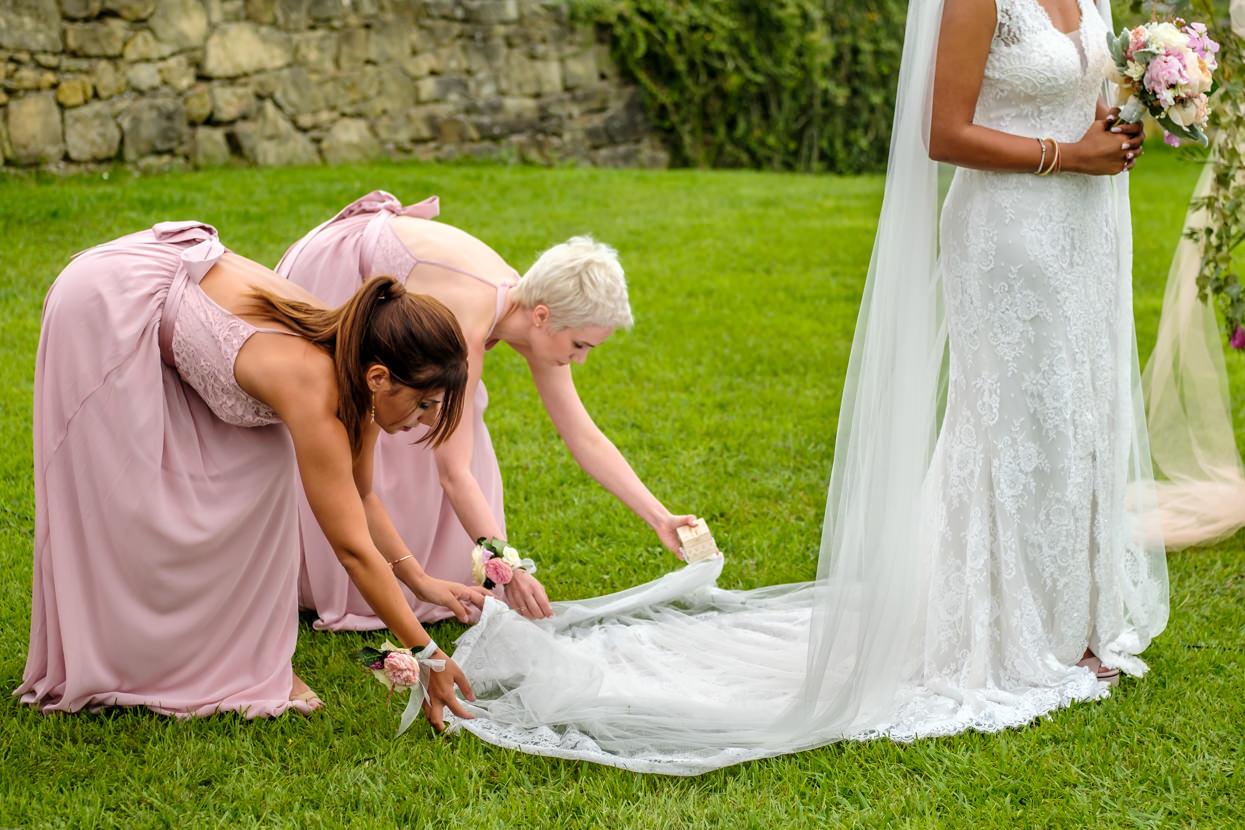Amigas colocan velo de vestido de novia