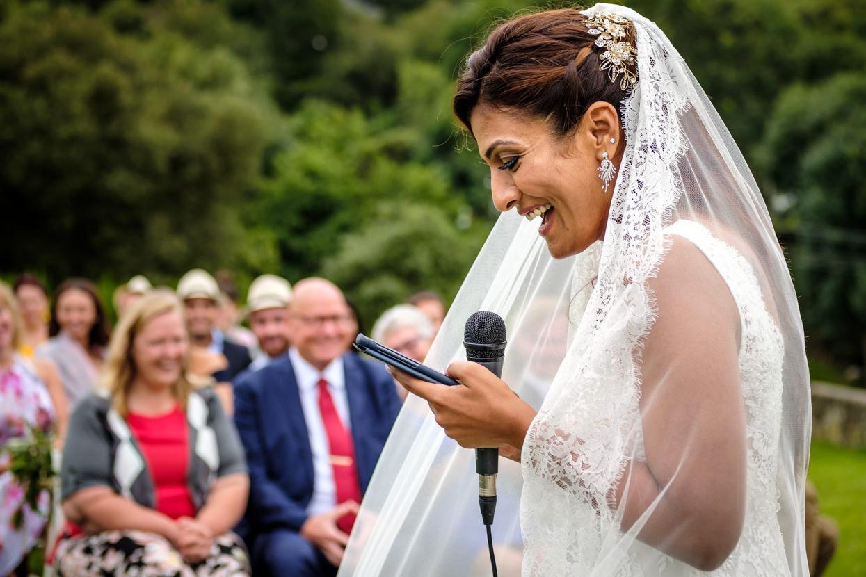 Novia lee en ceremonia de boda en Gipuzkoa