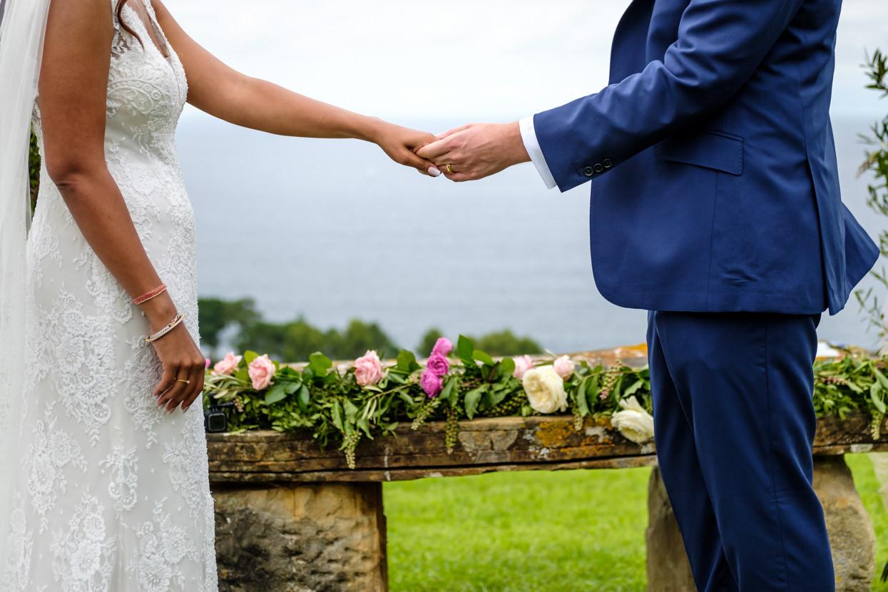 Detalle de manos de novios de boda