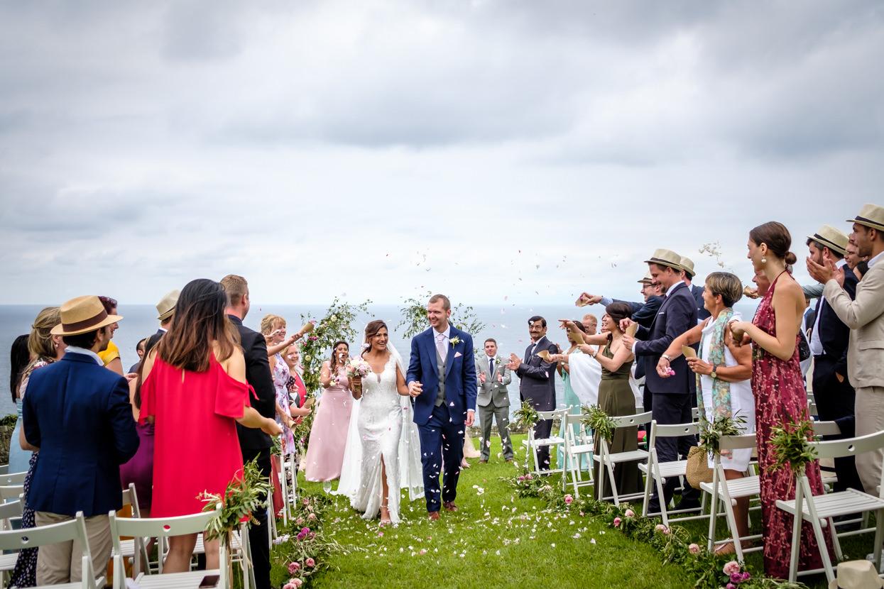 Lluvia de pétalos flores en ceremonia de boda en Gipuzkoa