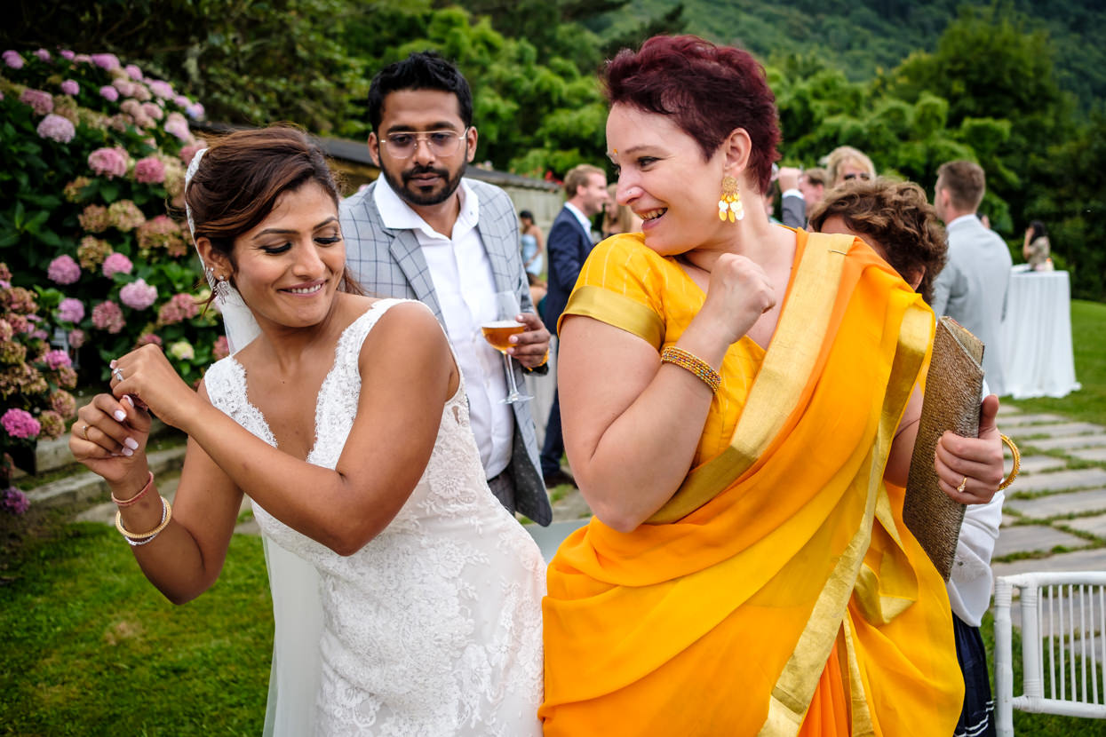 Cóctel de boda. Novia baila con invitada