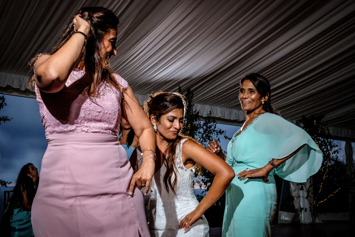 Novia baila con madre y hermana en fiesta de boda
