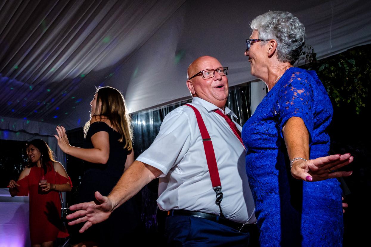 Padres del novio en baile de boda