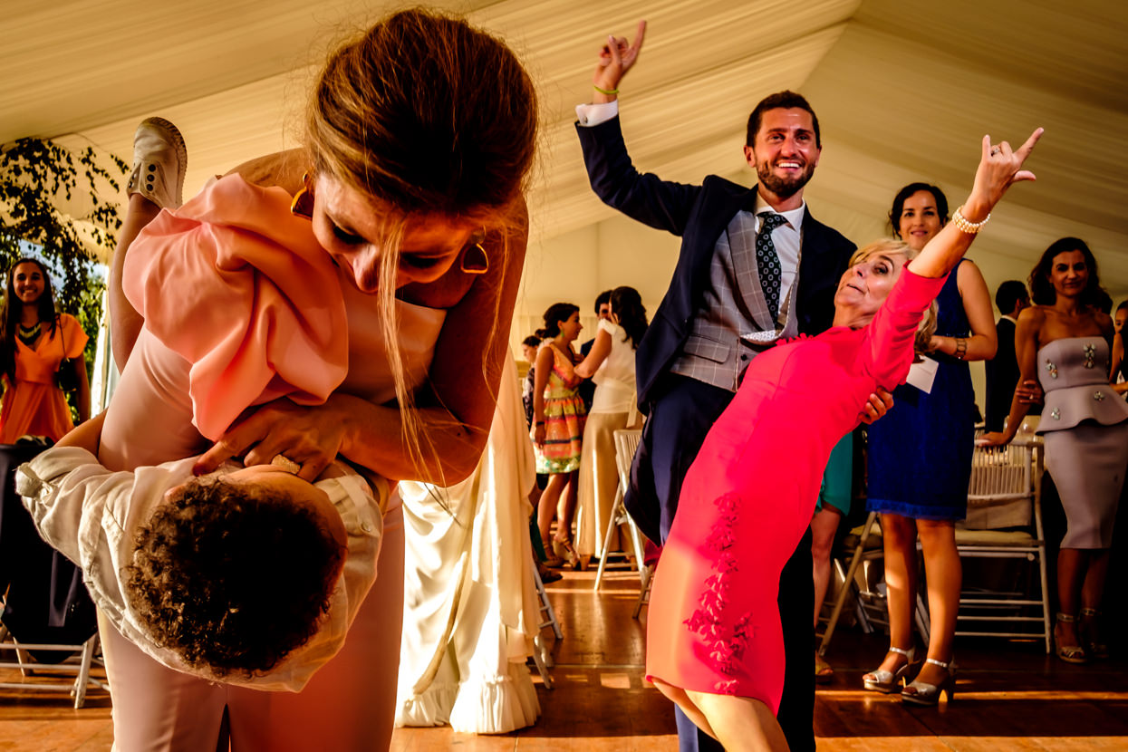 Madre de la novia baila con novio en boda