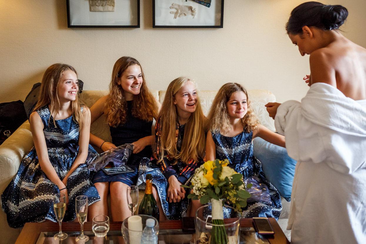 Preparativos de novia con damas de honor