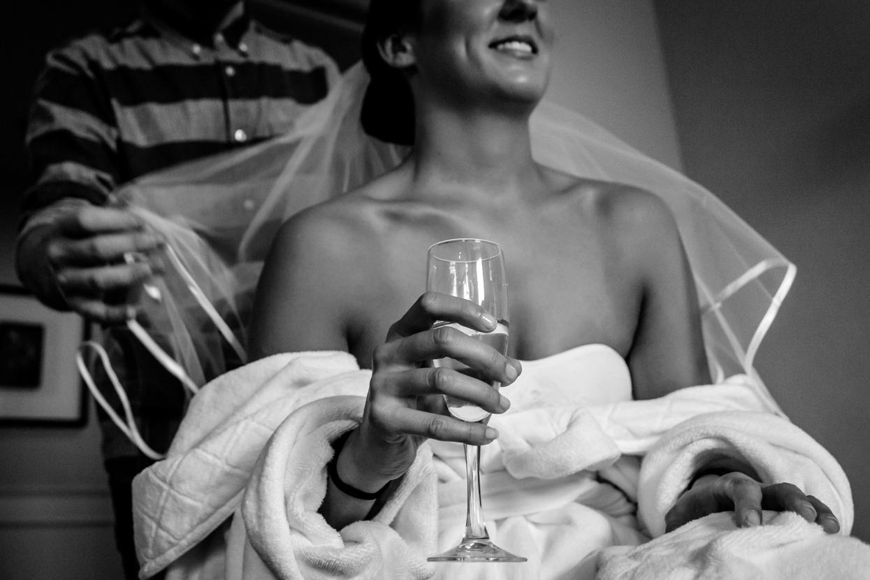 Fotógrafo de boda en Gipuzkoa. Novia y champán en el Hotel de Londres