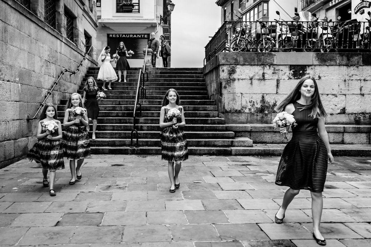 Camino de la ceremonia. Fotógrafo de boda en San Sebastián