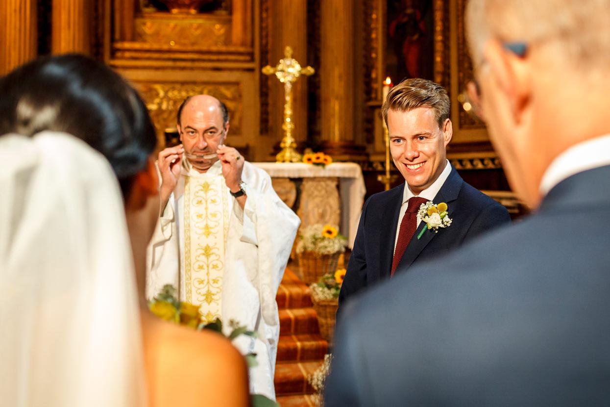 Ceremonia de boda en iglesia de Santa María de Donostia. Novio recibe a novia