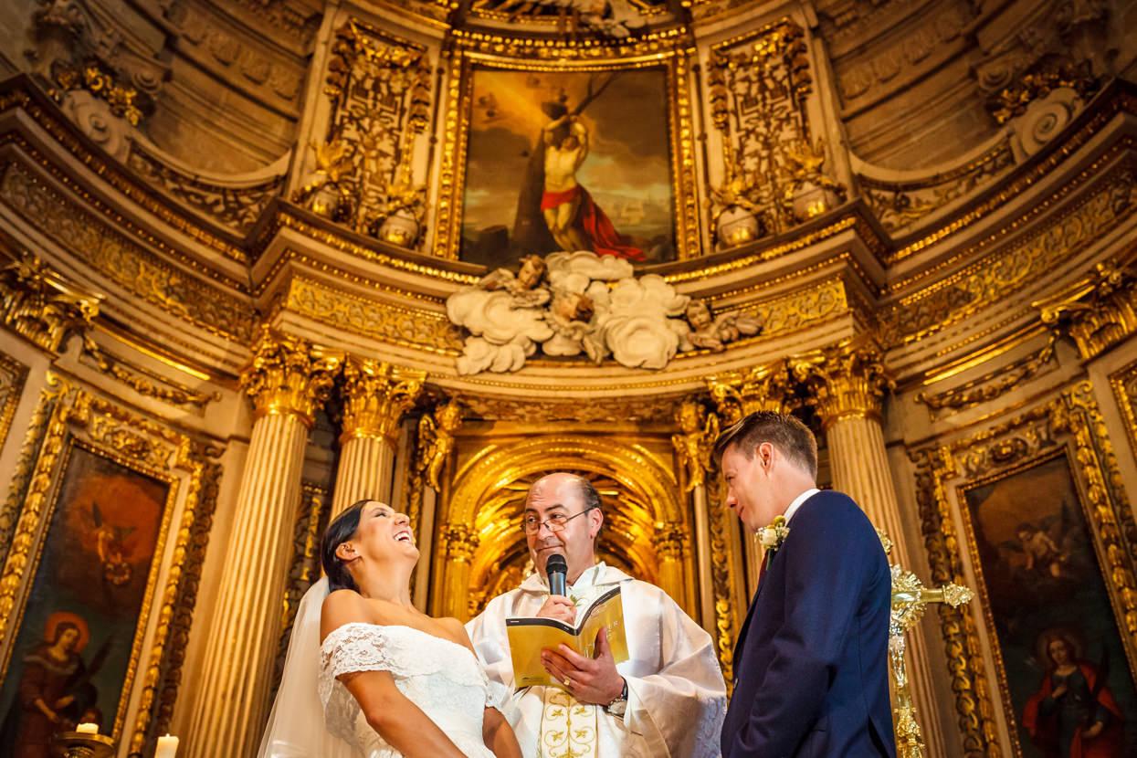 Novia contenta en ceremonia de boda en Gipuzkoa