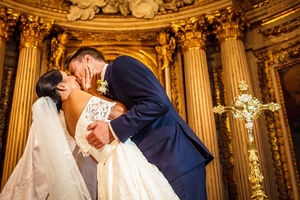 Novios se besan en Iglesia de Santa María. Destination wedding photographer