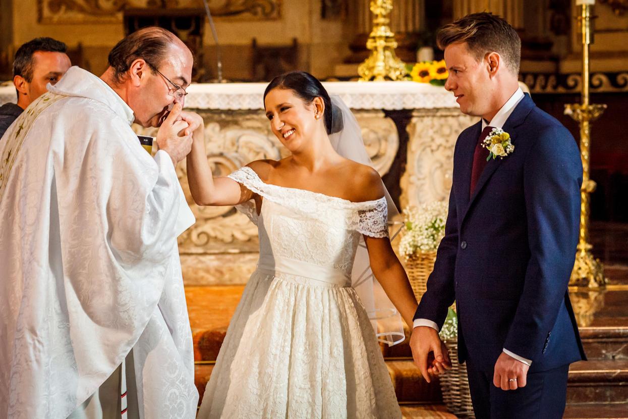 Cura besa mano de novia en iglesia de Santa María