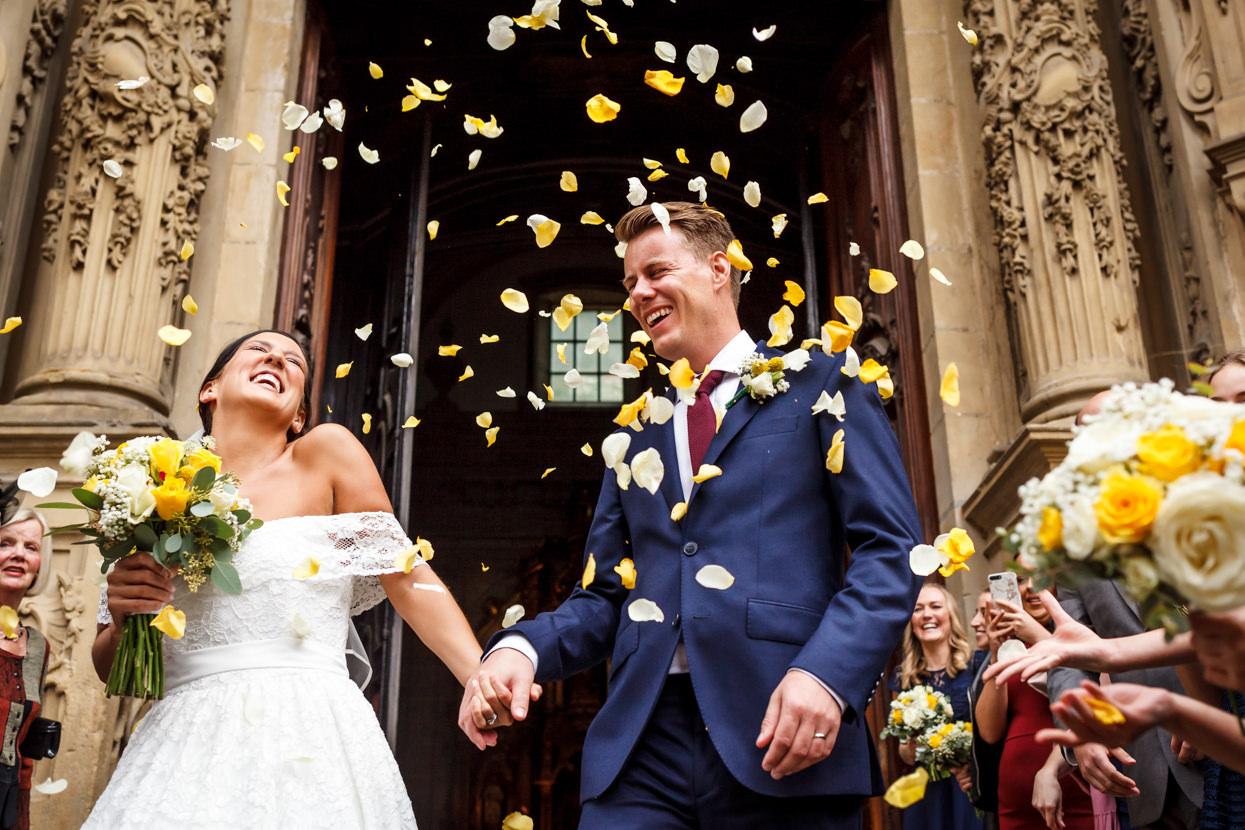 Lluvia de pétalos de flores a la salida de la iglesia de Santa María en Donostia