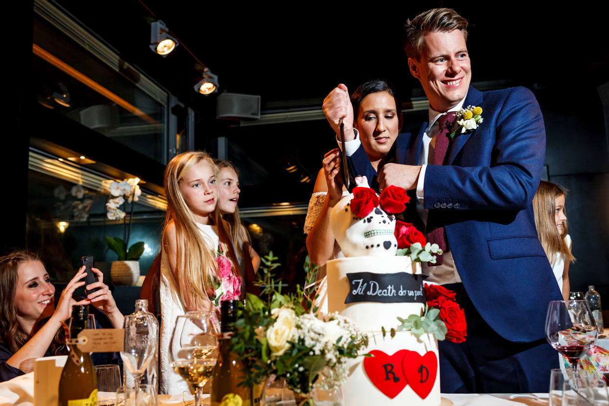 Destination wedding photographer. Corte de tarta de boda