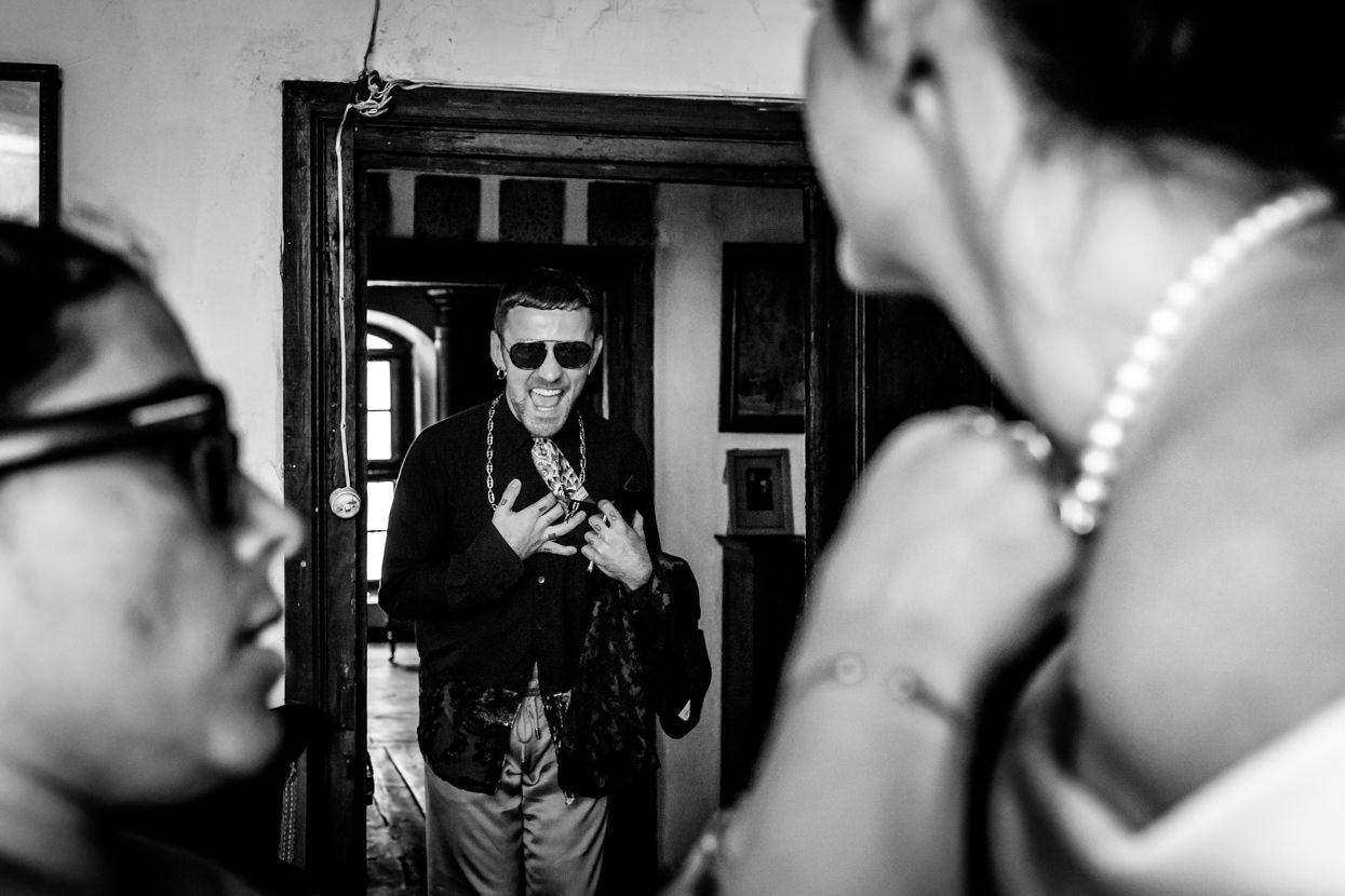 invitado de boda riendo