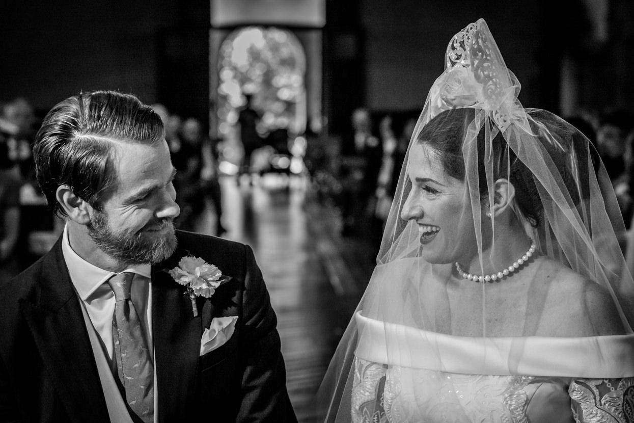 novios sonrientes en la ceremonia de boda