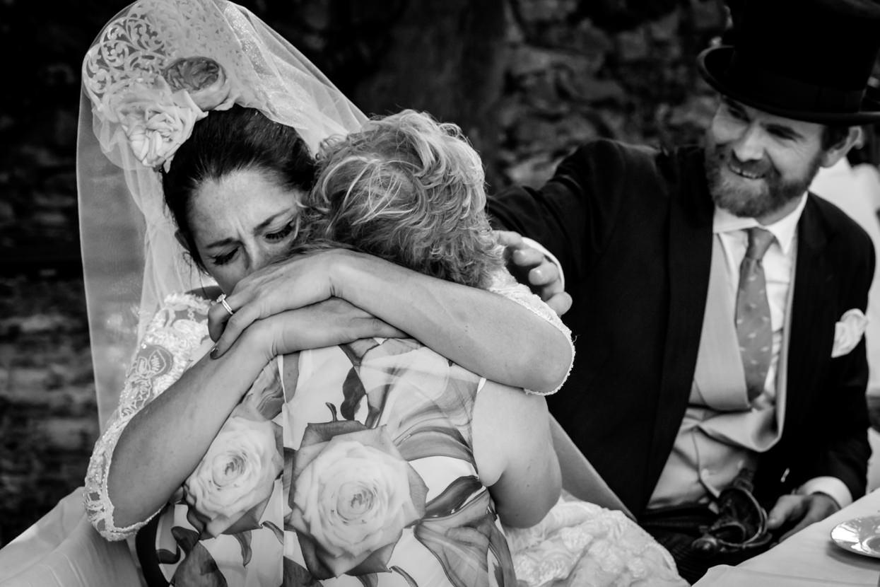 fotógrafo de boda en navarra novia abraza a su madre