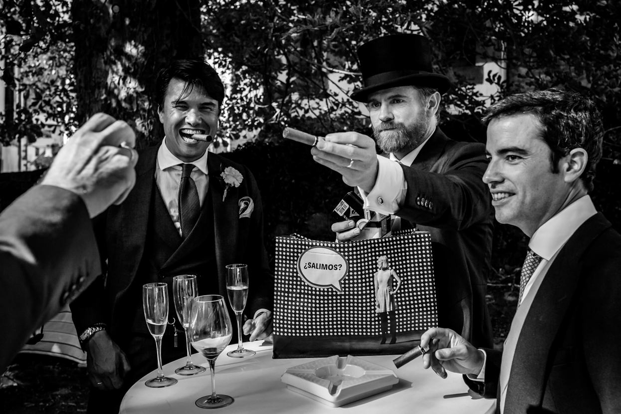 novio reparte puros a amigos en boda