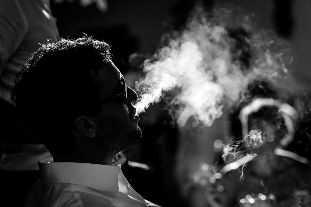 invitado fumando en boda en leitza