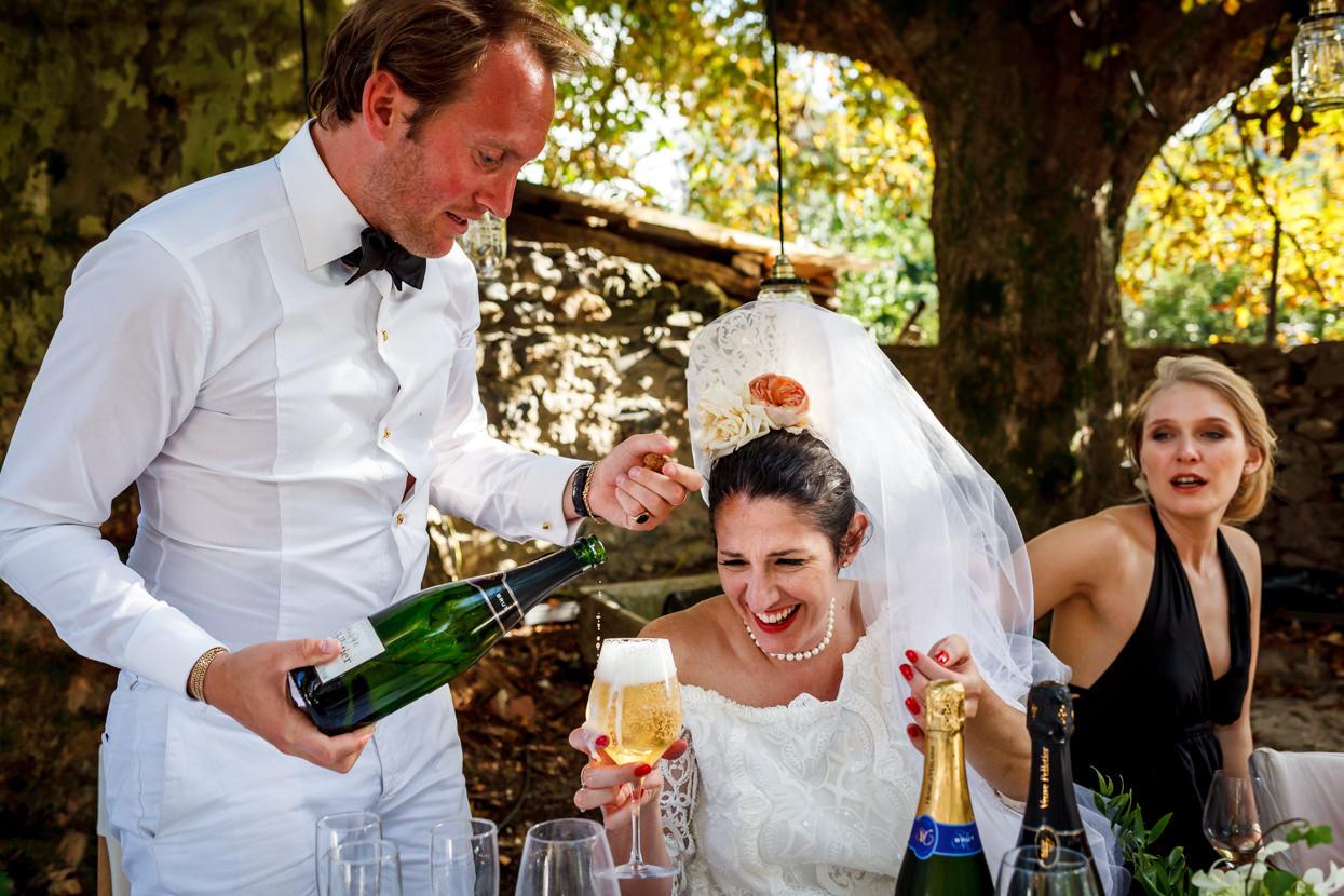 invitado sirve champán a novia en boda