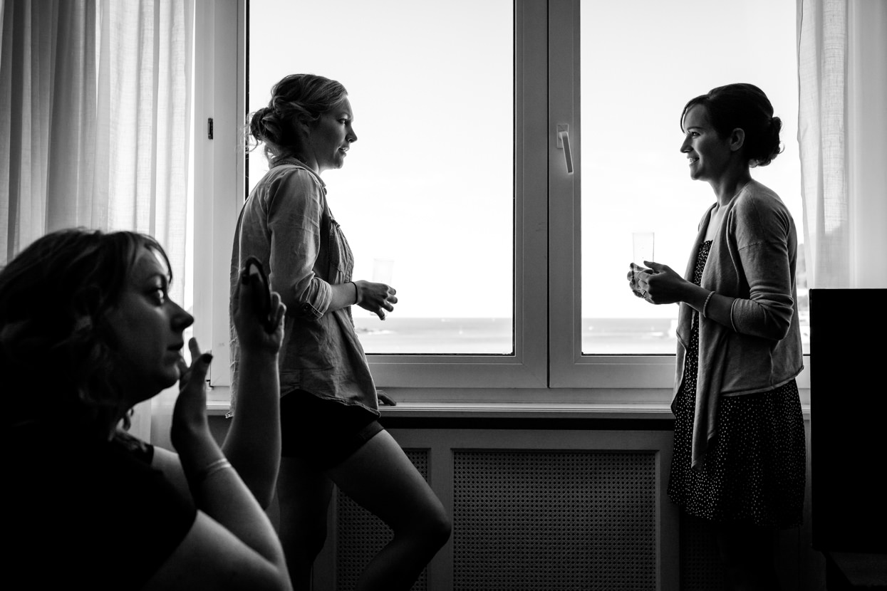 Novia con amigas en boda en San Sebastián