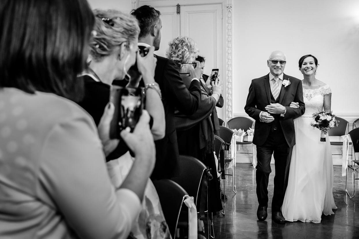Novia con padrino en boda en el palacio Miramar