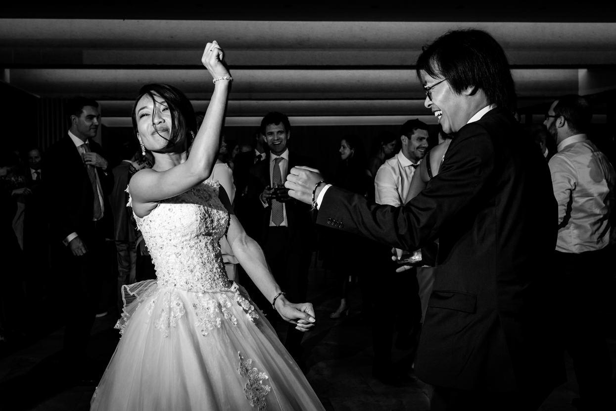 novia bailando con invitado en boda en palacio yrisarri