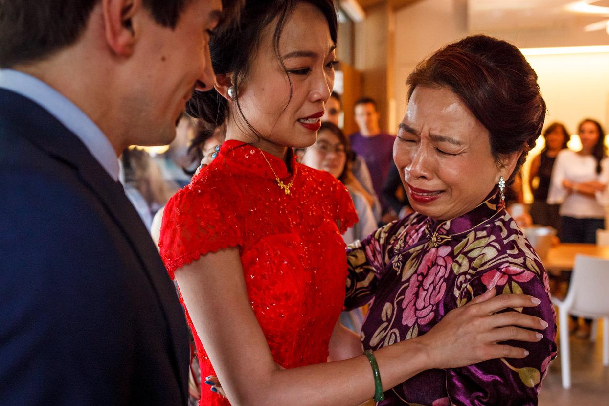 madre de la novia emocionada