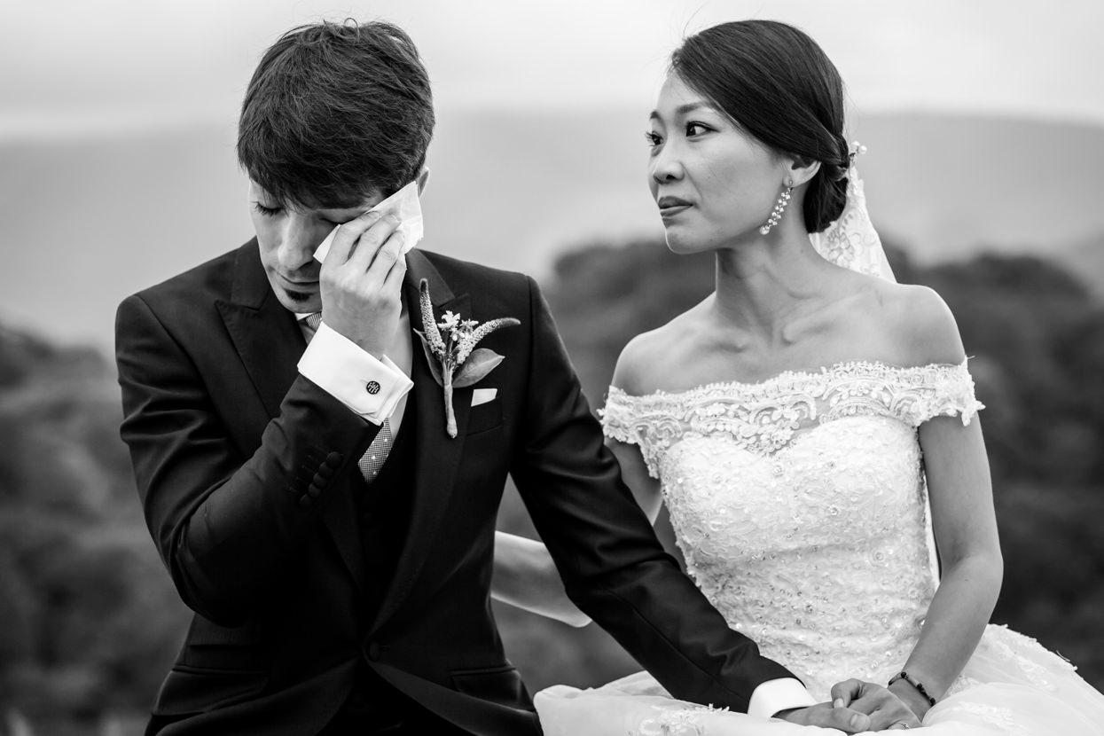 novio emocionado en boda en navarra
