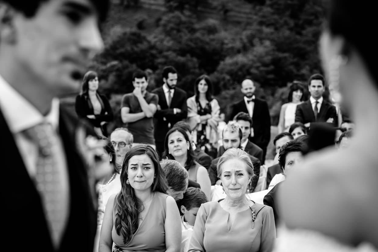 invitadas de boda emocionadas
