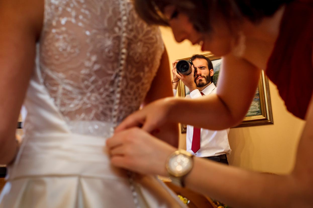 Preparativos de boda. Novia se pone vestido