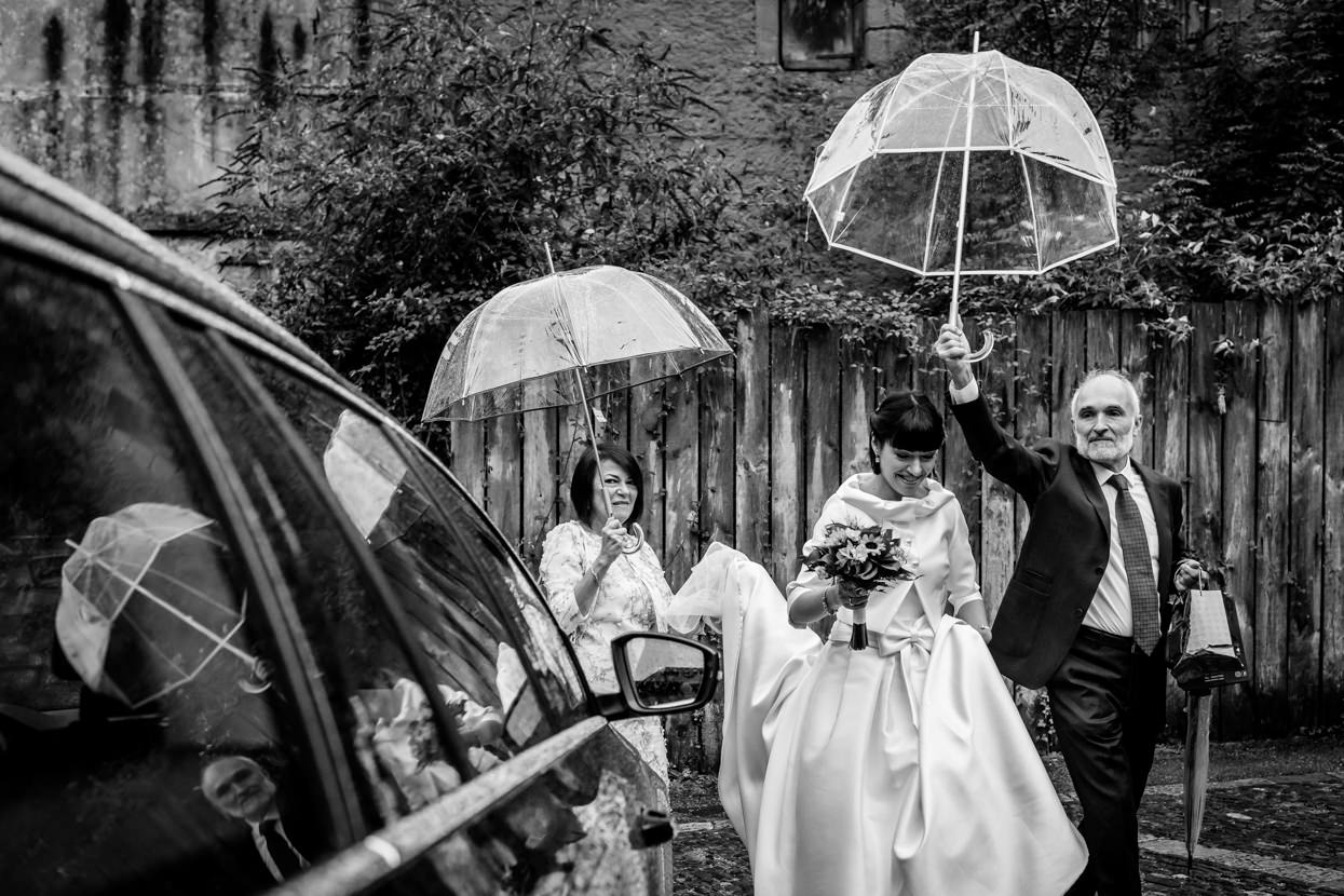 Padres acompañan a novia en boda en Hondarribia