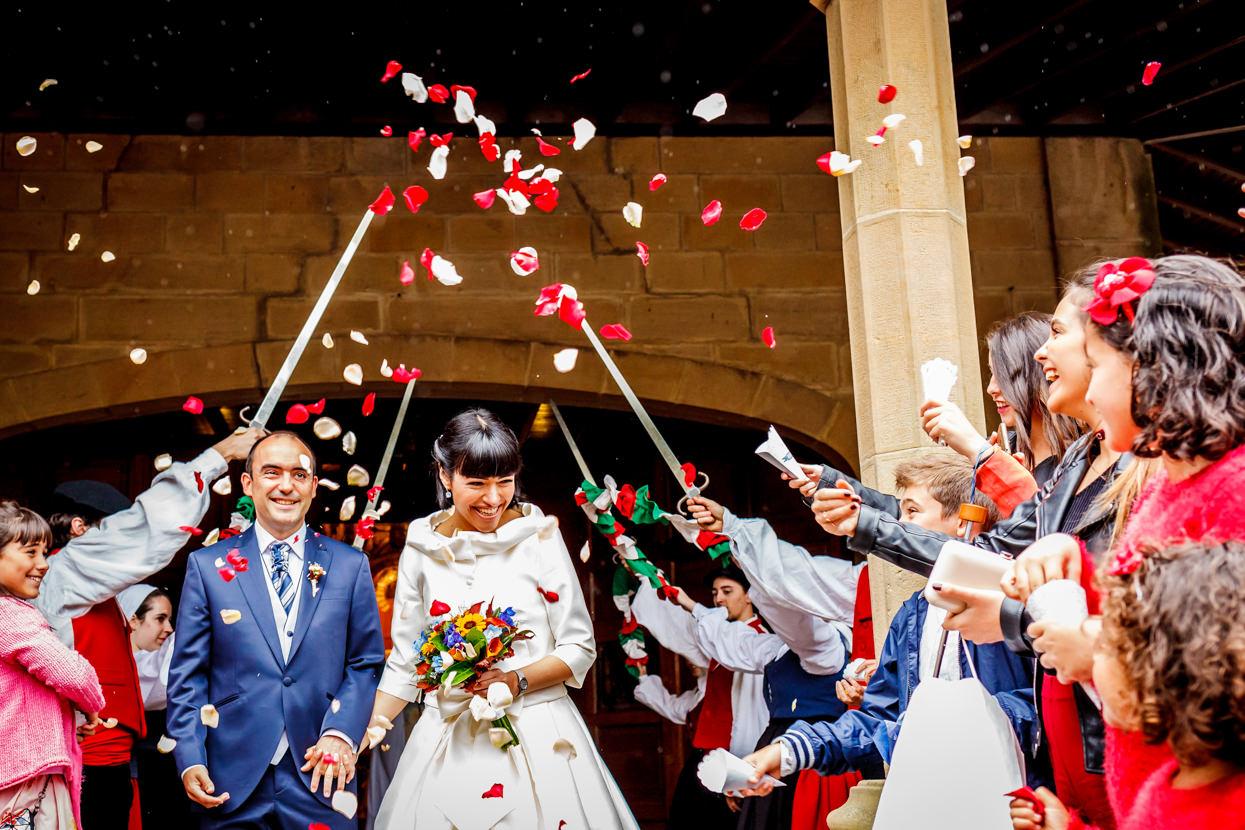 Lluvia de pétalos de flores en boda en Guadalupe.