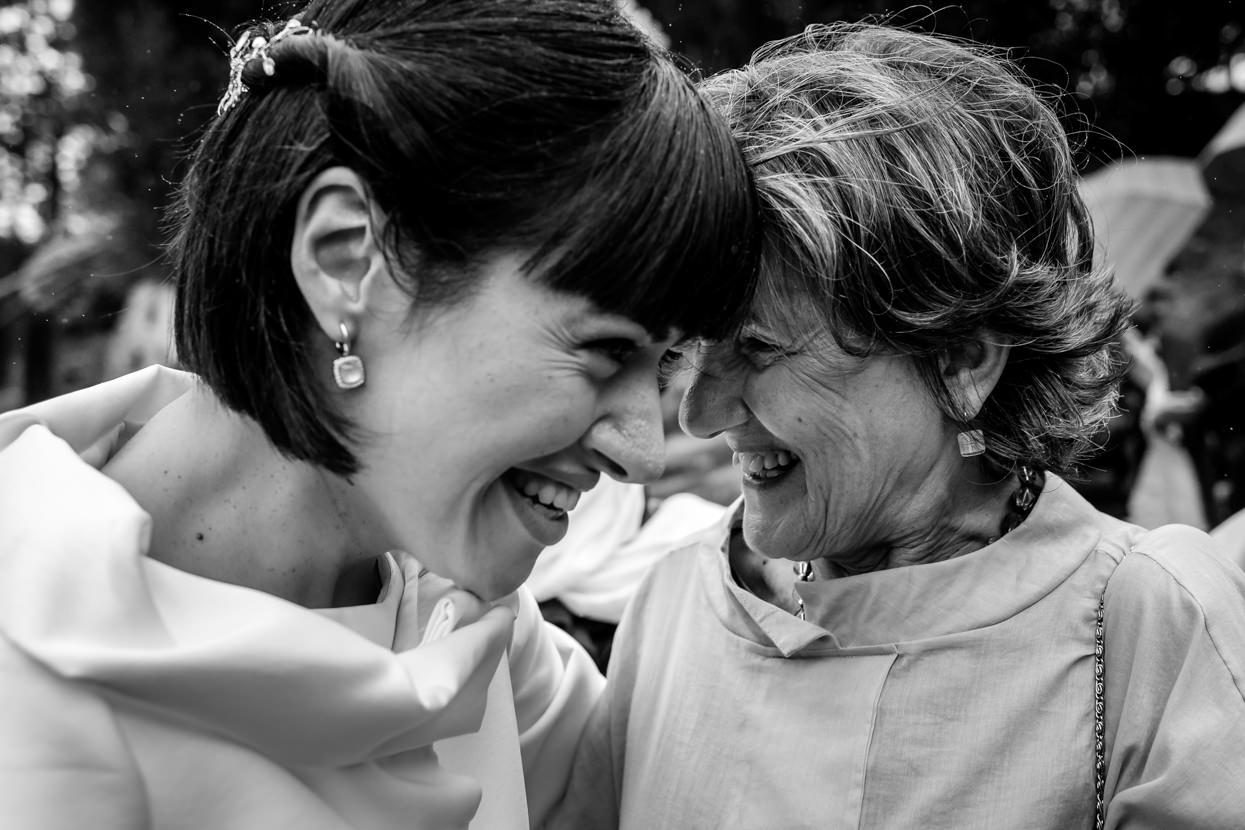 Felicitación a novia en boda en Hondarribia