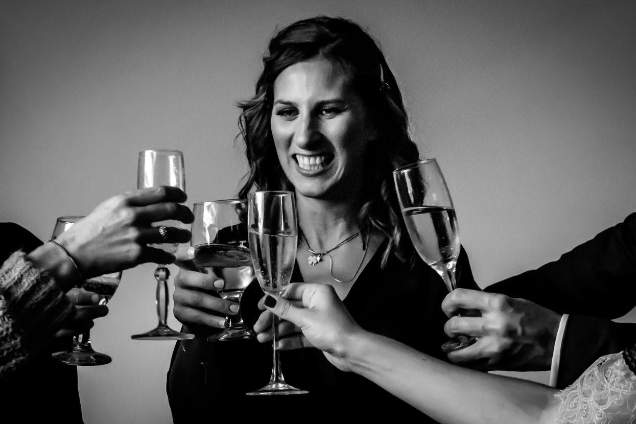 Novia brinda con champán con amigos