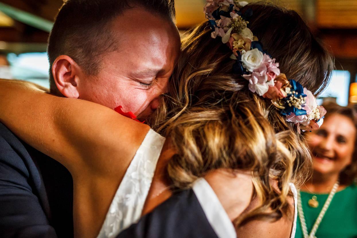 Novio abraza a novia en boda en Sopelana