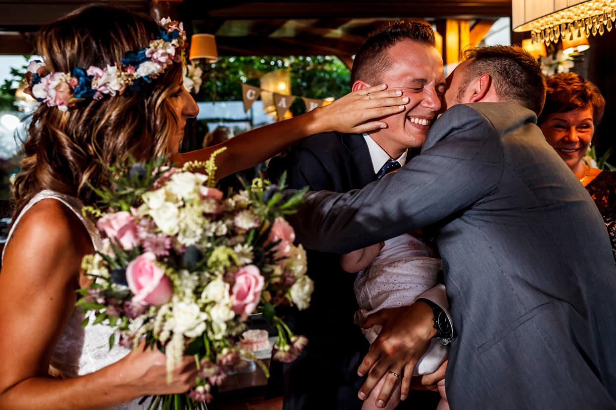 Amigo abraza a novio en boda en Sopelana