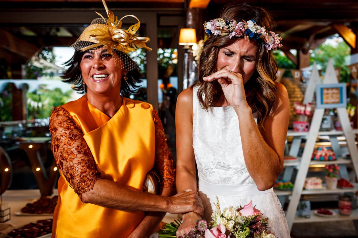 Novia emocionada en ceremonia de boda en Sopelana