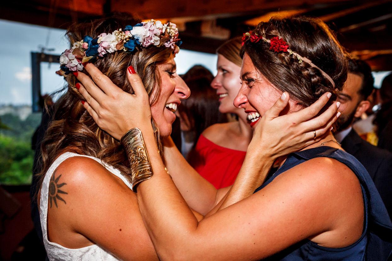 Novia abraza a amiga en boda en Bizkaia
