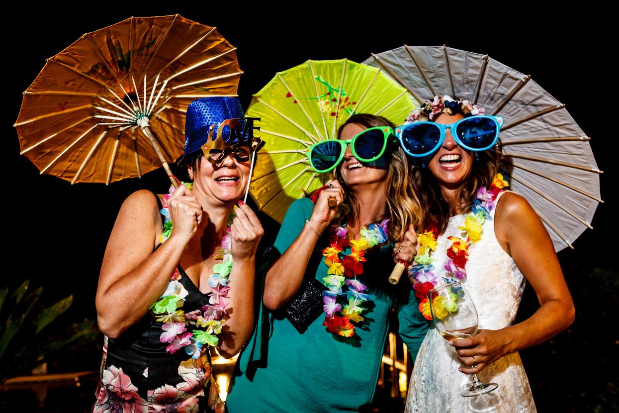Novia con amigas en boda en Bizkaia. Photocall