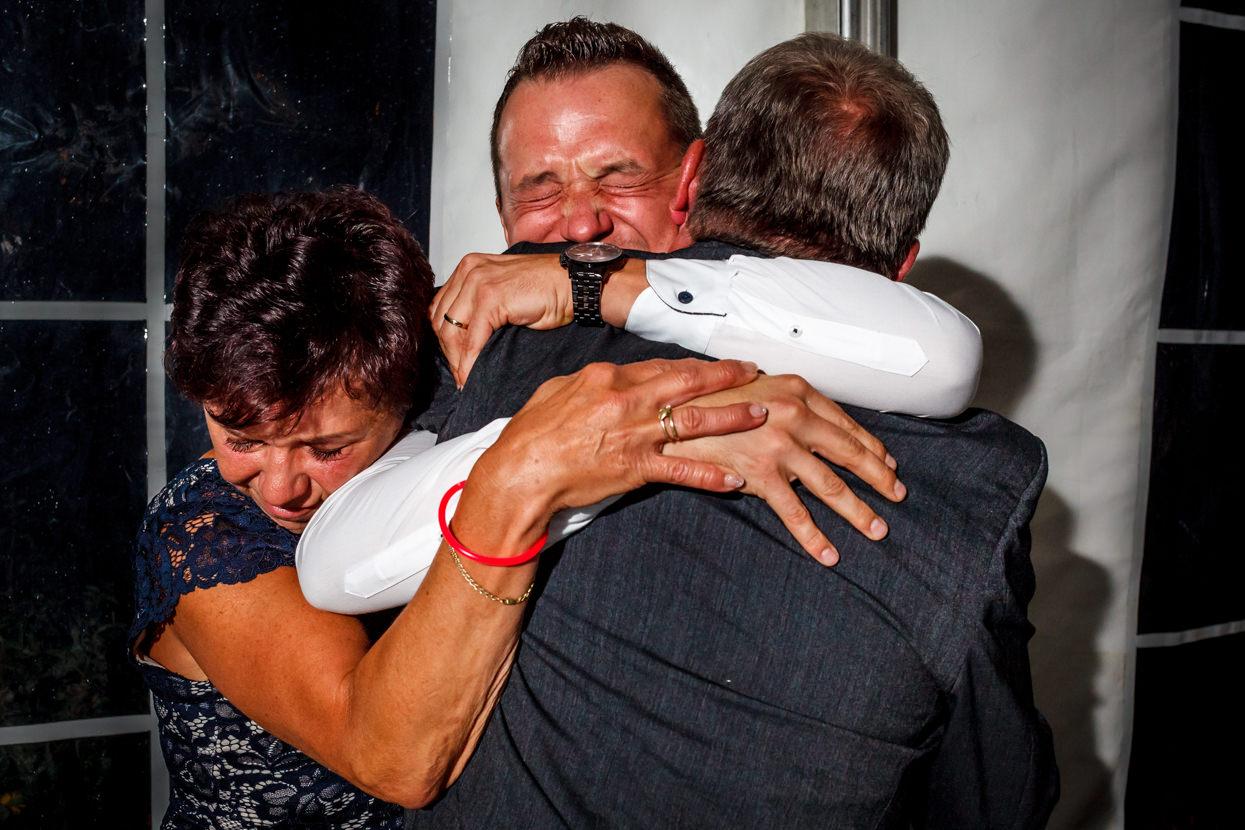 Novio abraza a padres en boda en Sopelana