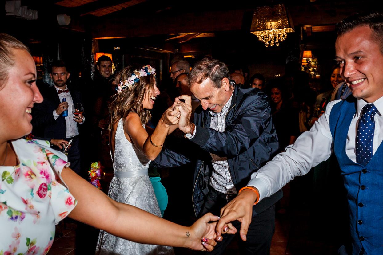 Novia baila en fiesta de boda en Sopelana