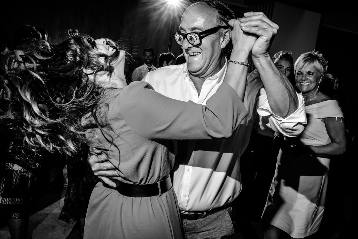 Invitados bailando en fiesta de boda