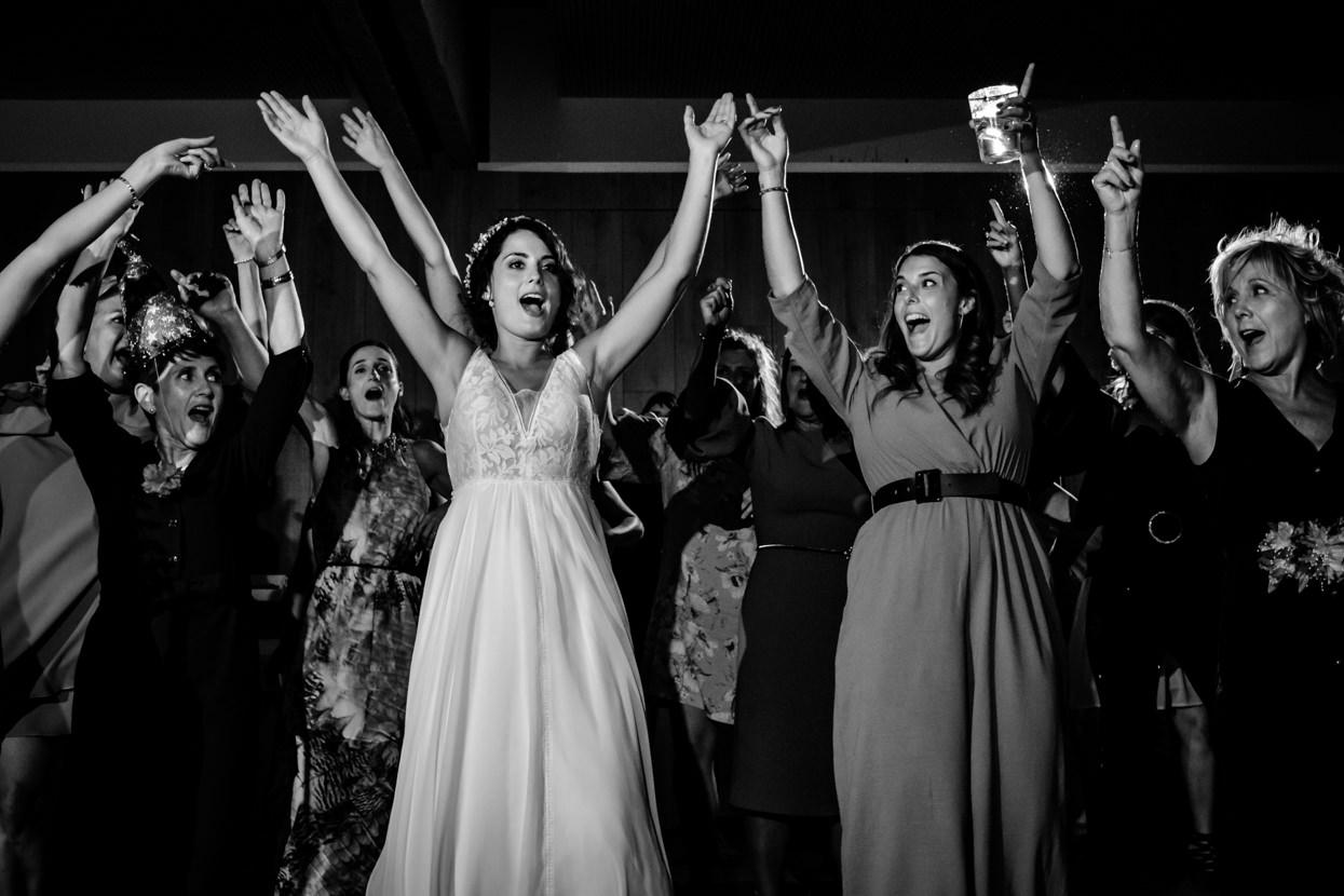 Novia bailando en boda en Navarra