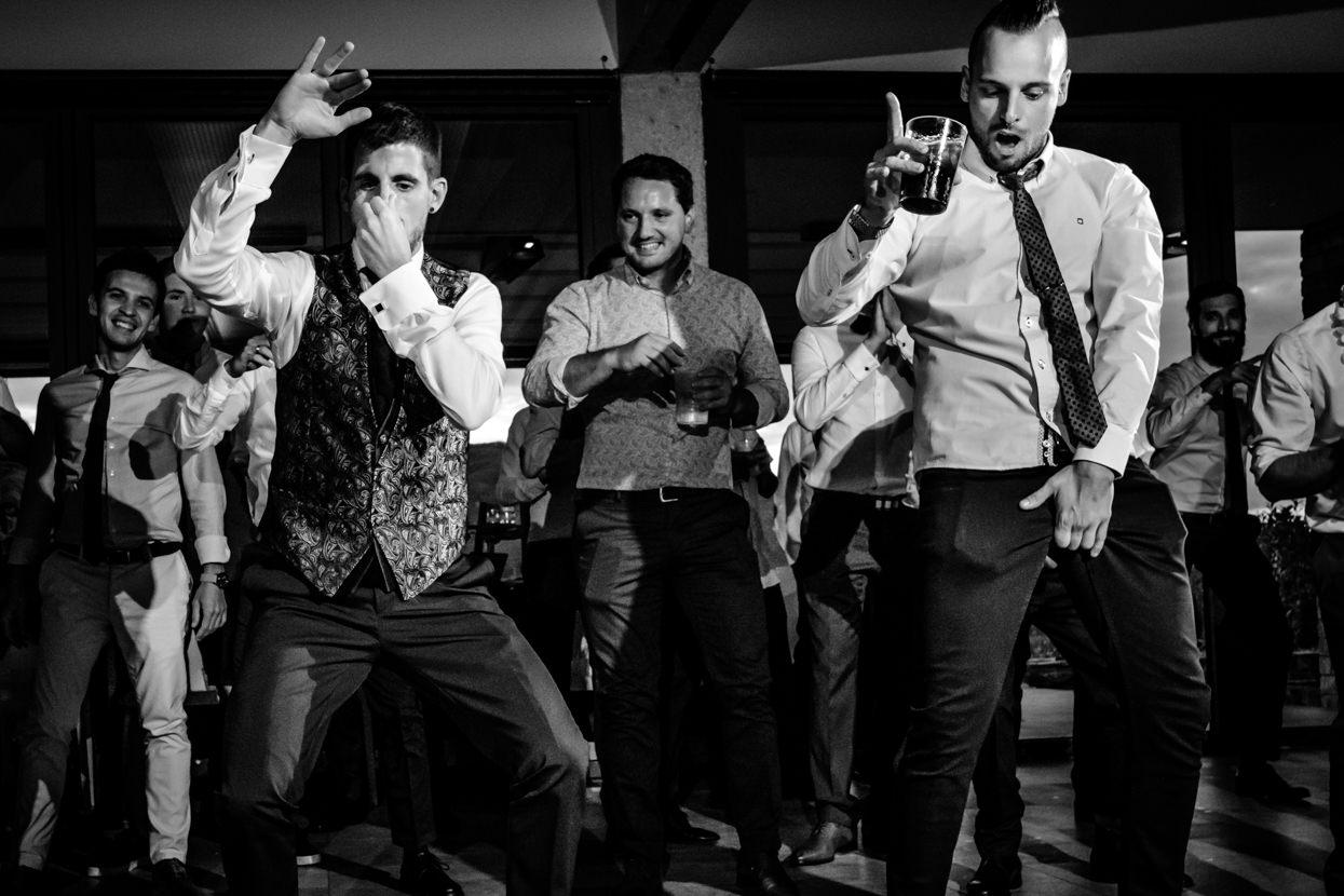 Fotógrafo de boda en Yrisarri. Novio bailando