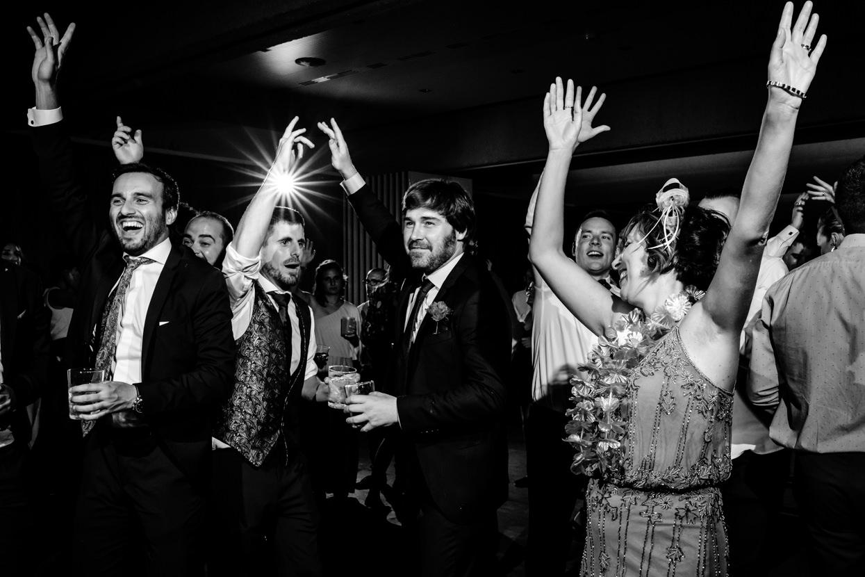 Fotógrafo de boda en Navarra. Invitados bailando