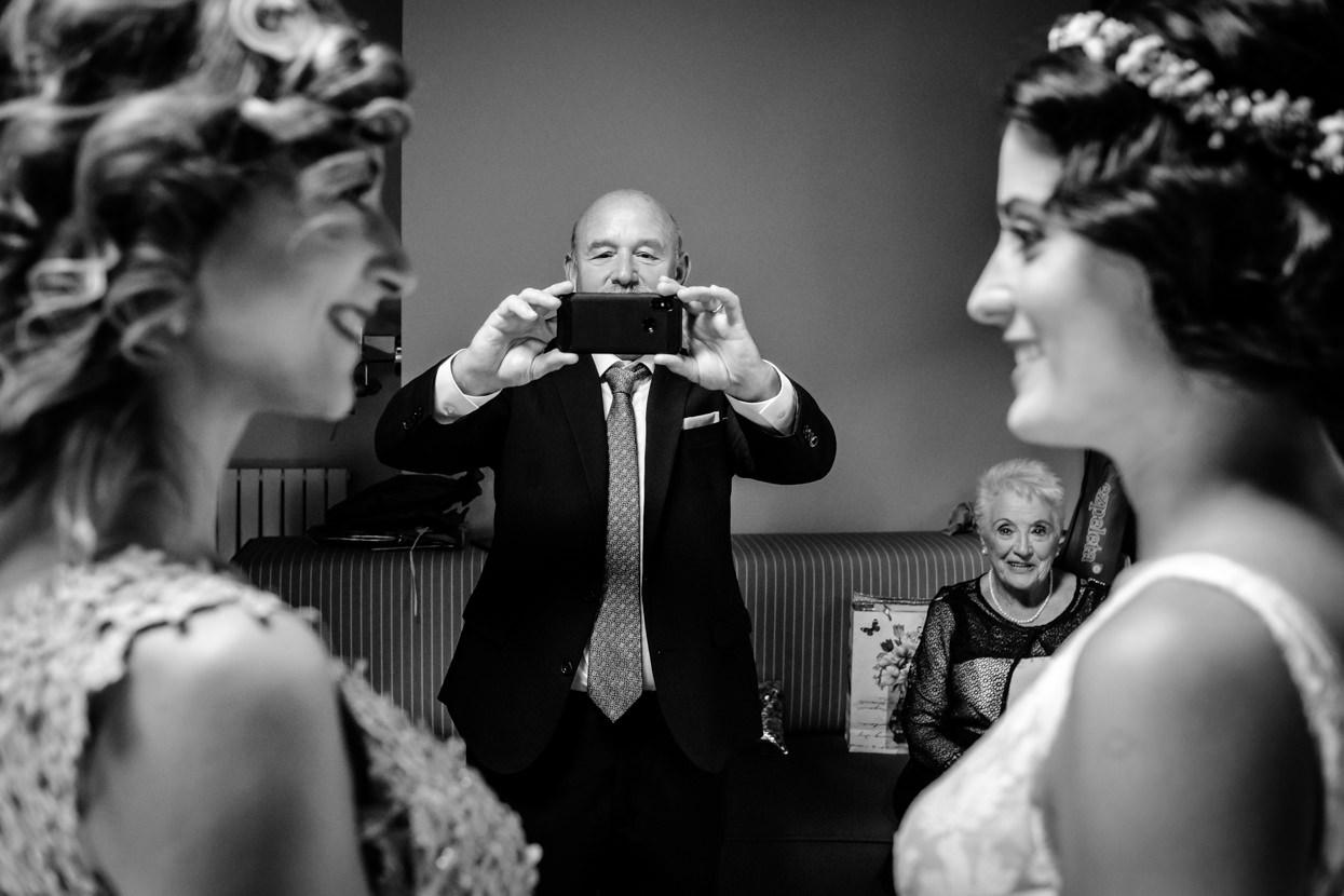 Padre de la novia saca foto.