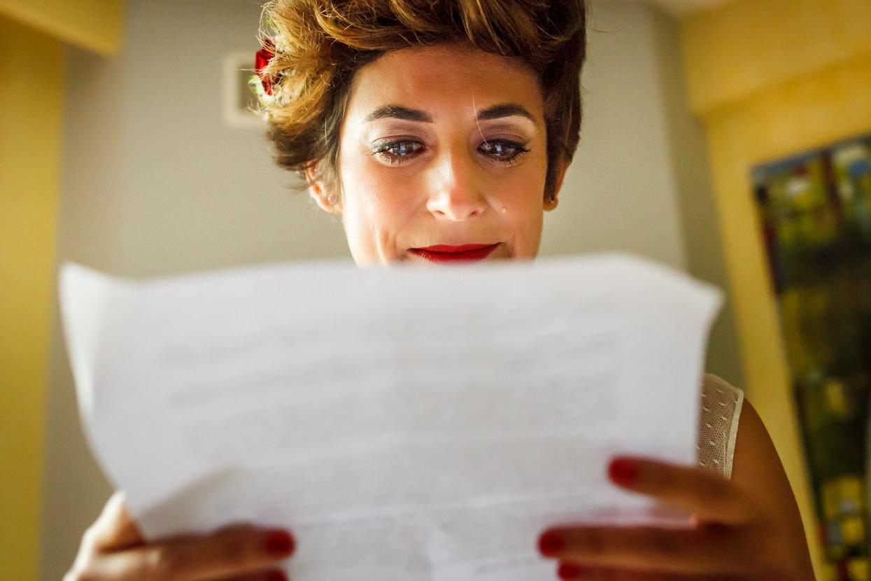 Novia emocionada leyendo carta de novio